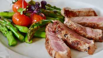 grilled steak with asparagus and tomatoes
