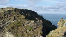 the remains of tintagel castle in cornwall